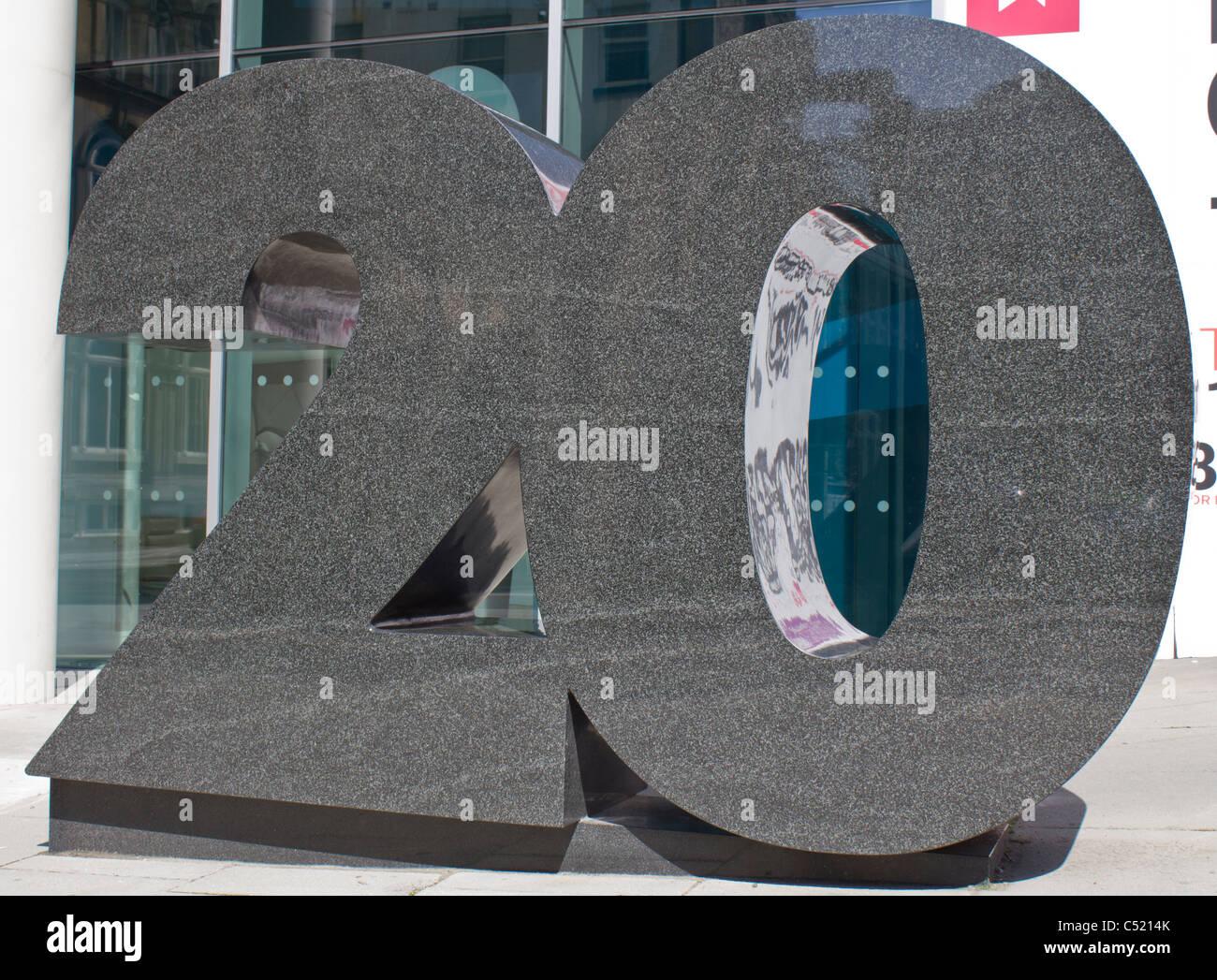 Grande sculpture à l'extérieur d'un bâtiment en notant le numéro de bâtiment, 20 Photo Stock
