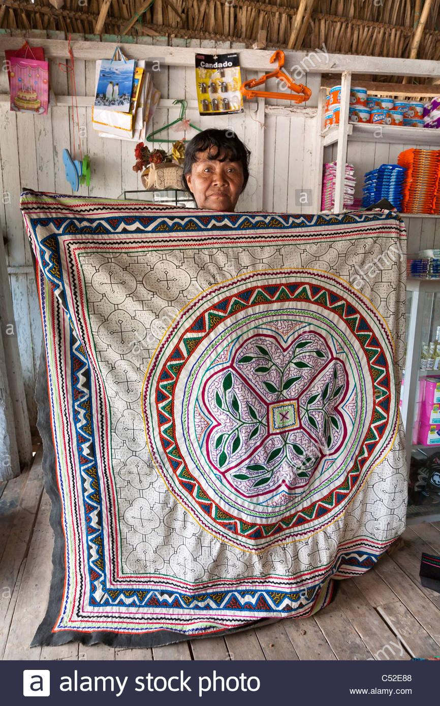 Une femme Shipibo tenant un textile fait main cousue avec des dessins et modèles industriels a dit pour représenter Banque D'Images