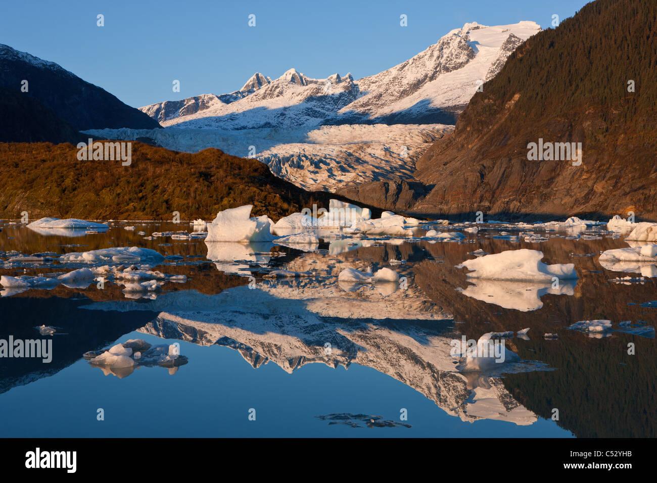 Les icebergs flottent sur la surface de Mendenhall Lake près de Juneau, la Forêt Nationale Tongass, sud Photo Stock