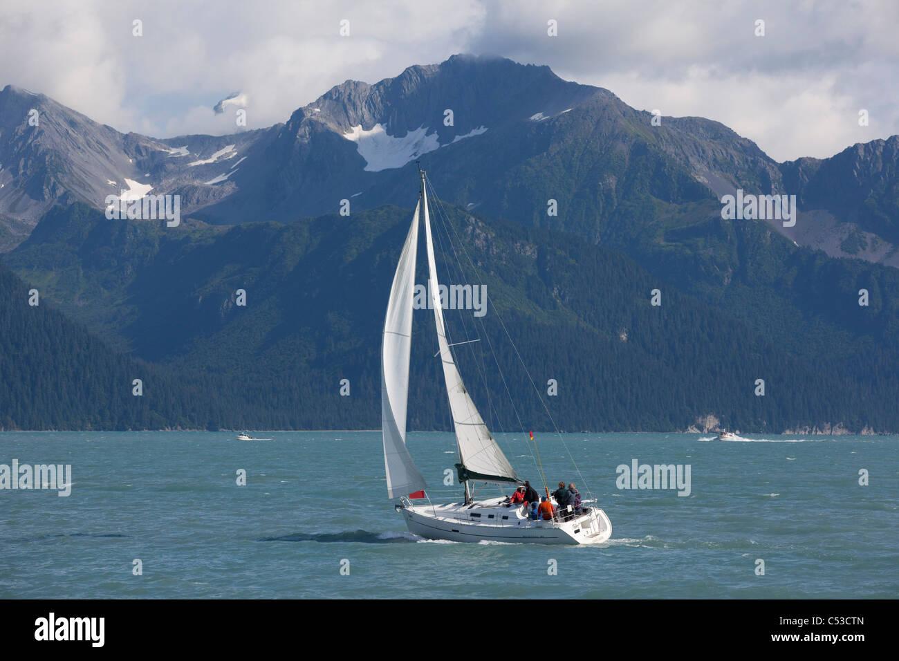 Les gens de la voile en la résurrection Bay près de Seward Kenai avec les montagnes en arrière-plan, Photo Stock