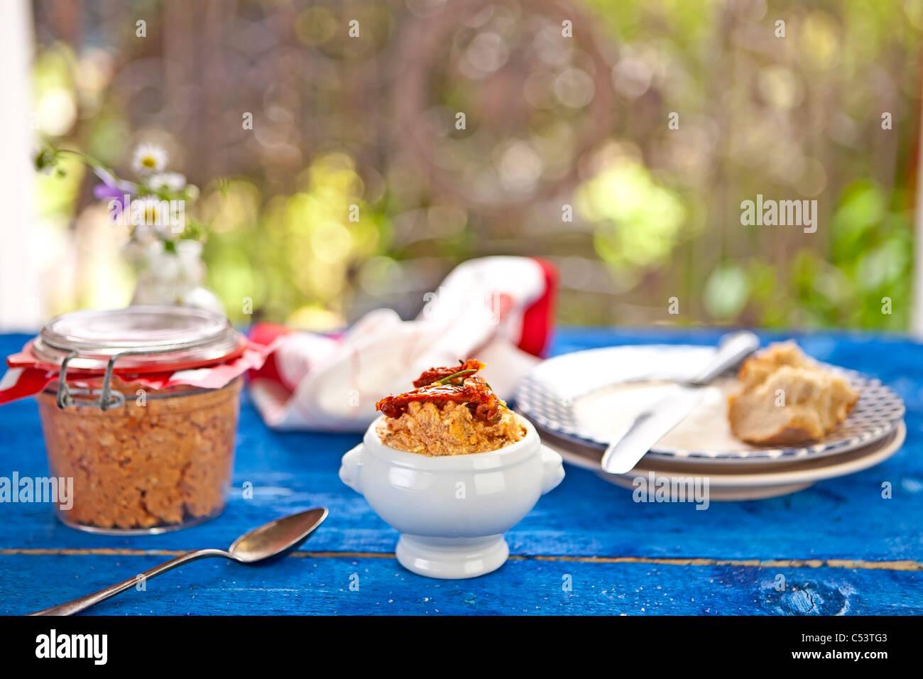 Fromage à tartiner méditerranéenne faite de fromage à la crème, le fromage feta, les artichauts Photo Stock