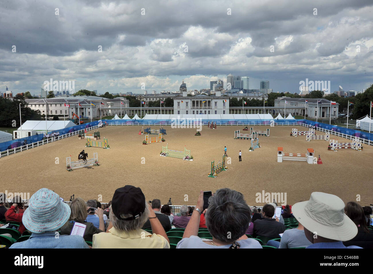 La foule regarder comme Andreas Riedl équitation Jabadaba Doo (Autriche) sauts. Démonstration de saut Photo Stock