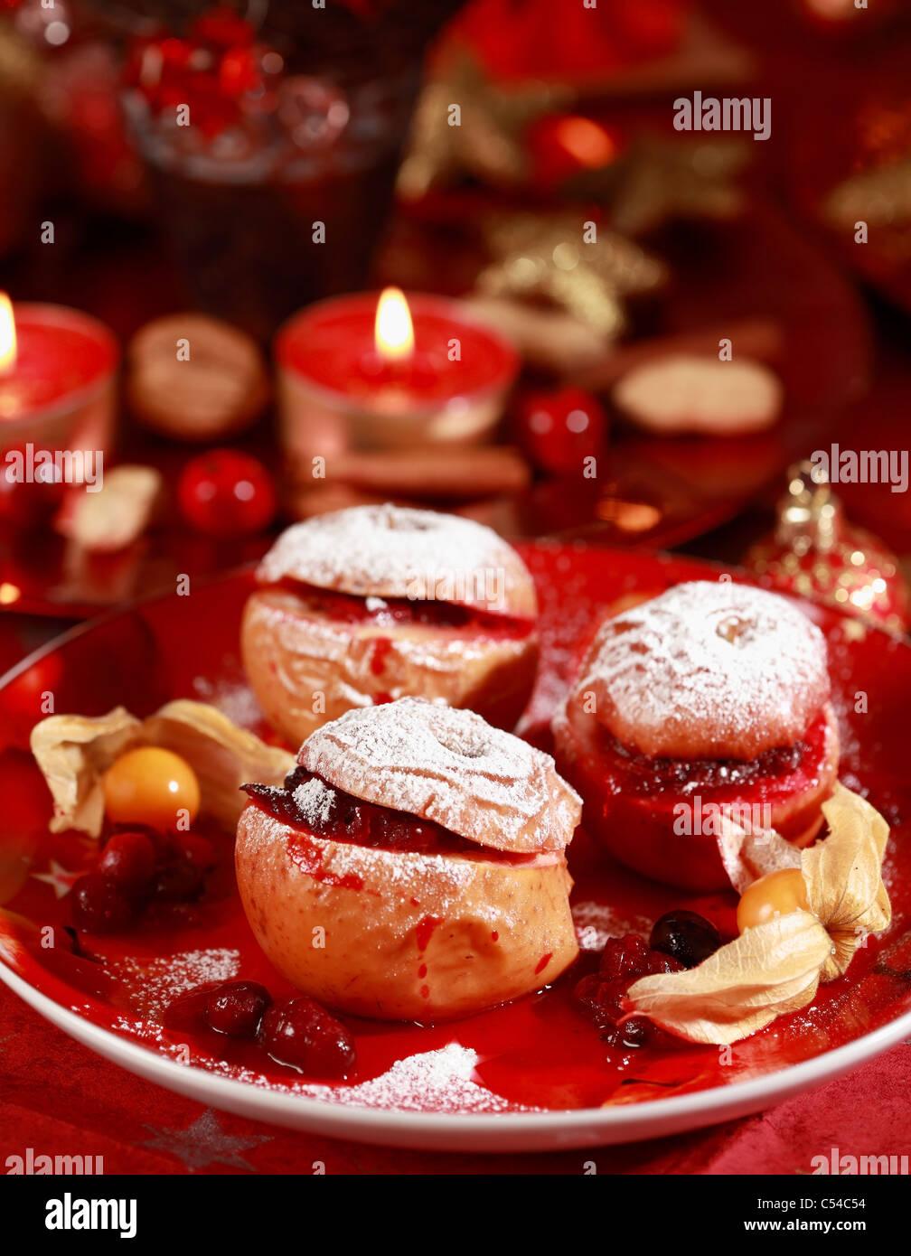 De délicieuses Pommes au four avec farce aux canneberges pour Noël Photo Stock
