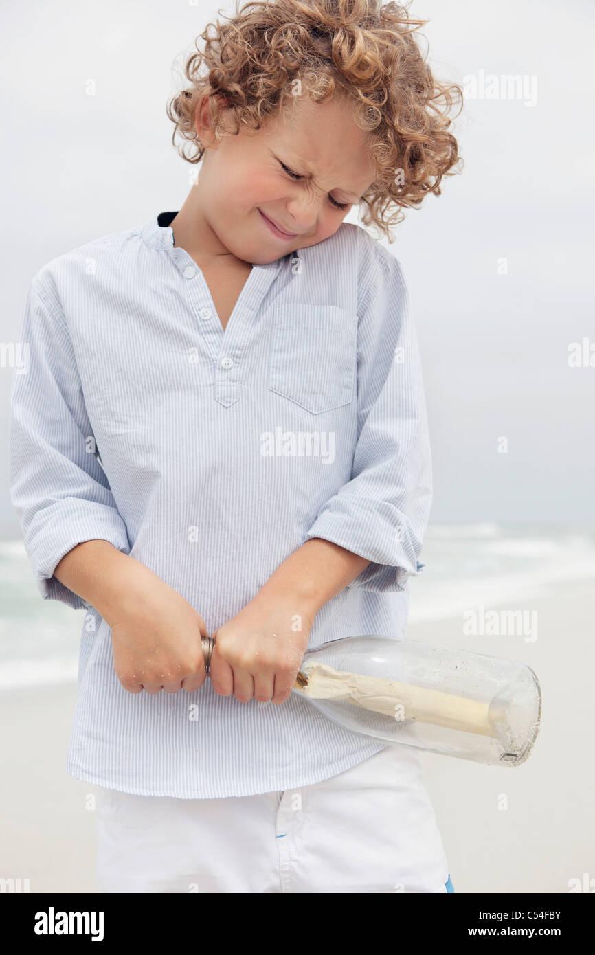 Message de garçon tirant une bouteille Photo Stock