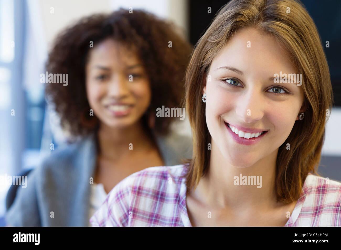 Portrait de deux femmes sitting in classroom and smiling Photo Stock