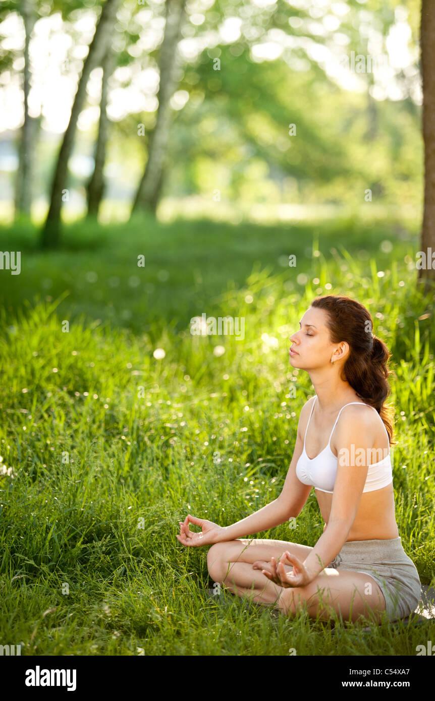 La pratique du yoga à l'extérieur. Photo Stock