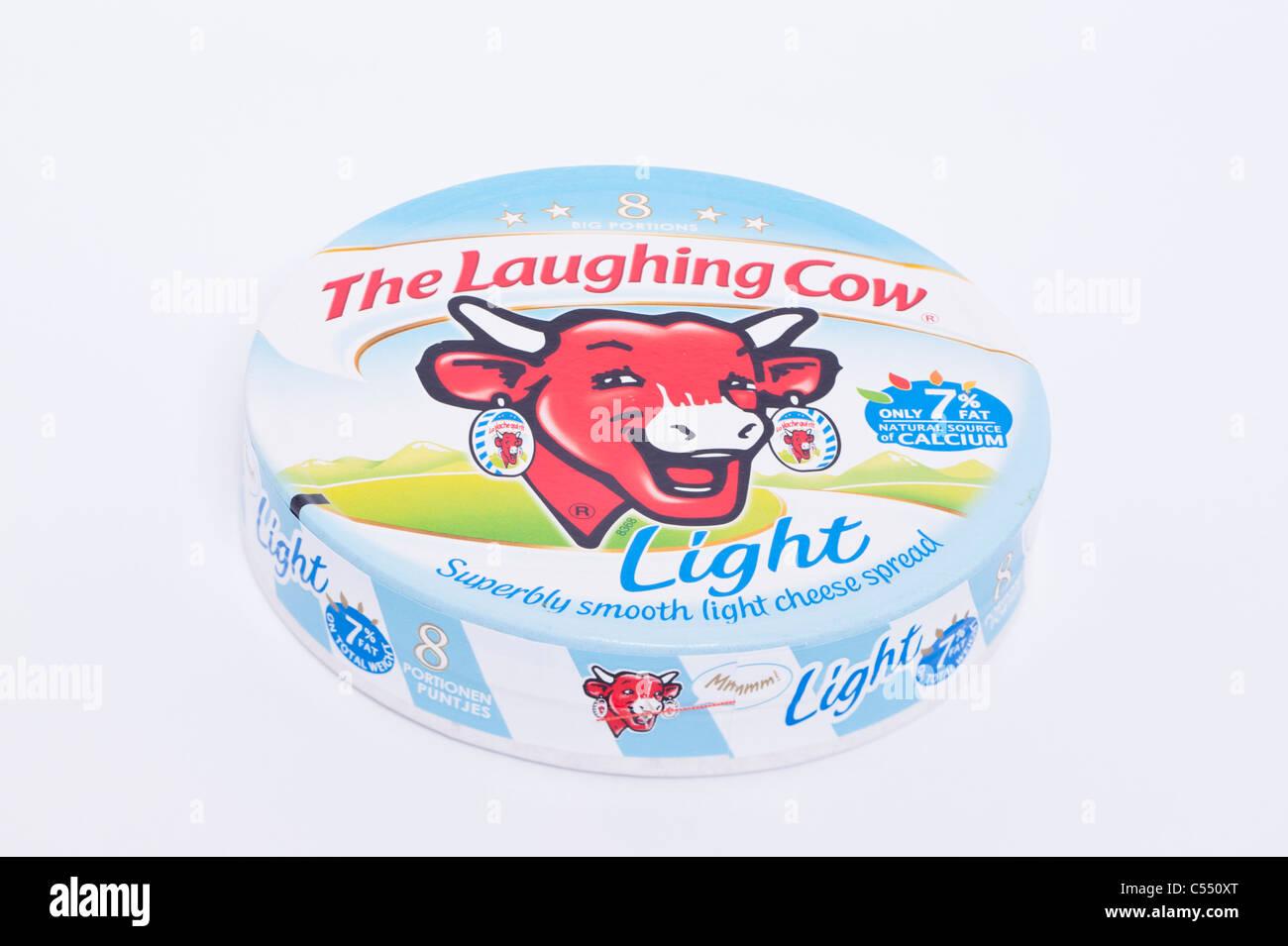 Un paquet de lumière à partir de triangles de fromage à tartiner La Vache Qui Rit sur un fond blanc Photo Stock