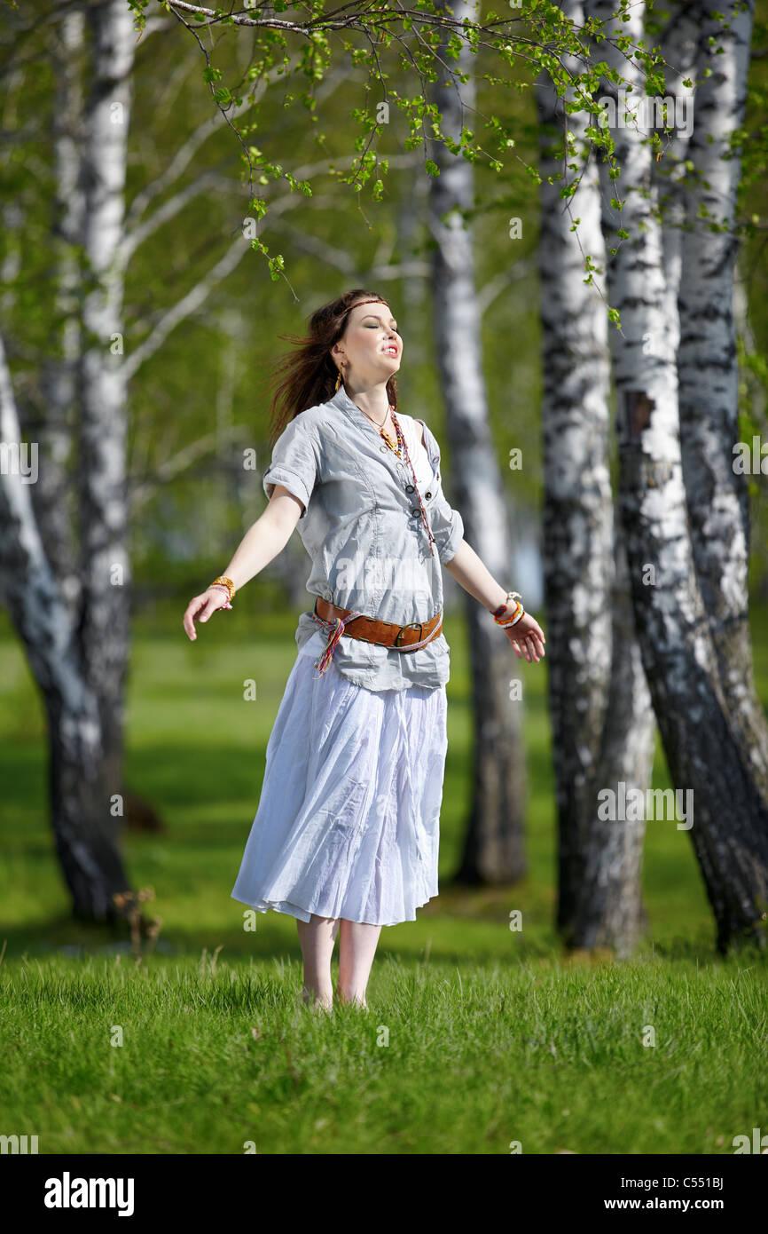 Portrait plein air de belle fille hippie sur l herbe verte dans la forêt de 85b9bc983f3