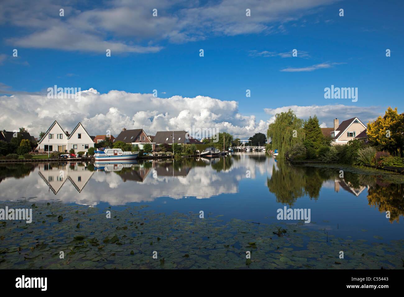 Les Pays-Bas, Makkum, zone résidentielle à bord de l'eau. Photo Stock