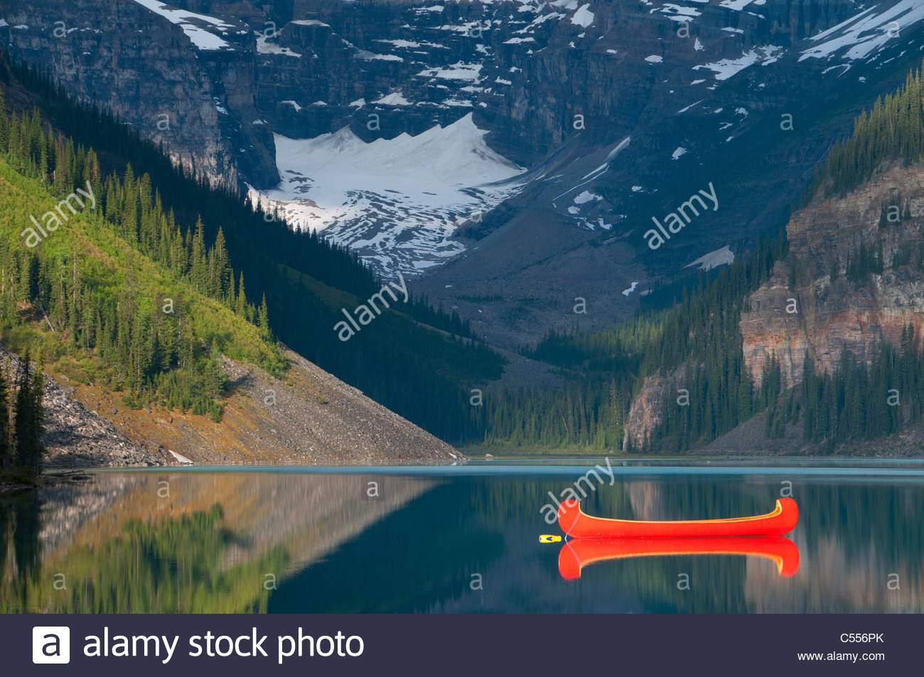 Red Canoe dans le lac, Lake Louise, Banff National Park, Alberta, Canada Photo Stock