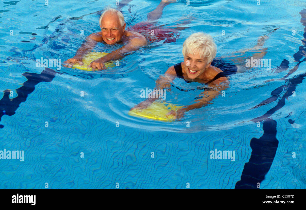 Natation Senior couple in swimming pool Banque D'Images