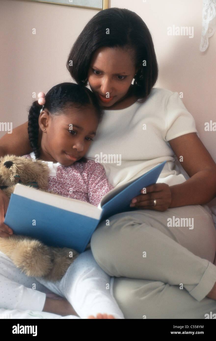 Femme et sa fille lire un livre Banque D'Images