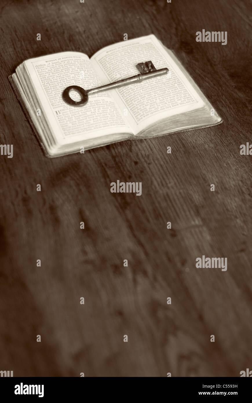 Ancienne clé sur un livre ouvert Photo Stock