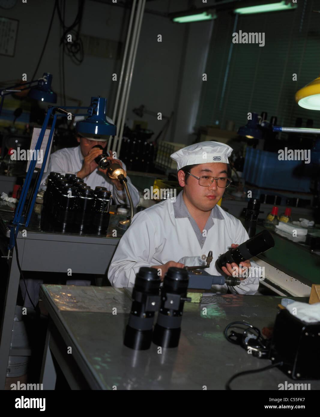 Japon, Tokyo, ouvriers d'usine produisant les objectifs d'appareil photo Banque D'Images