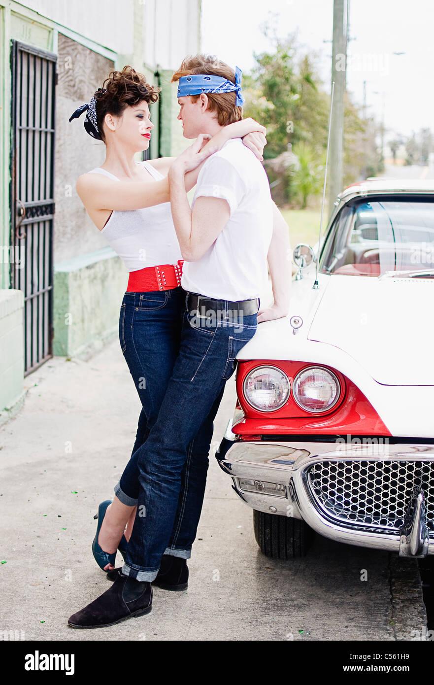Jeune couple romantique près d'une voiture Banque D'Images