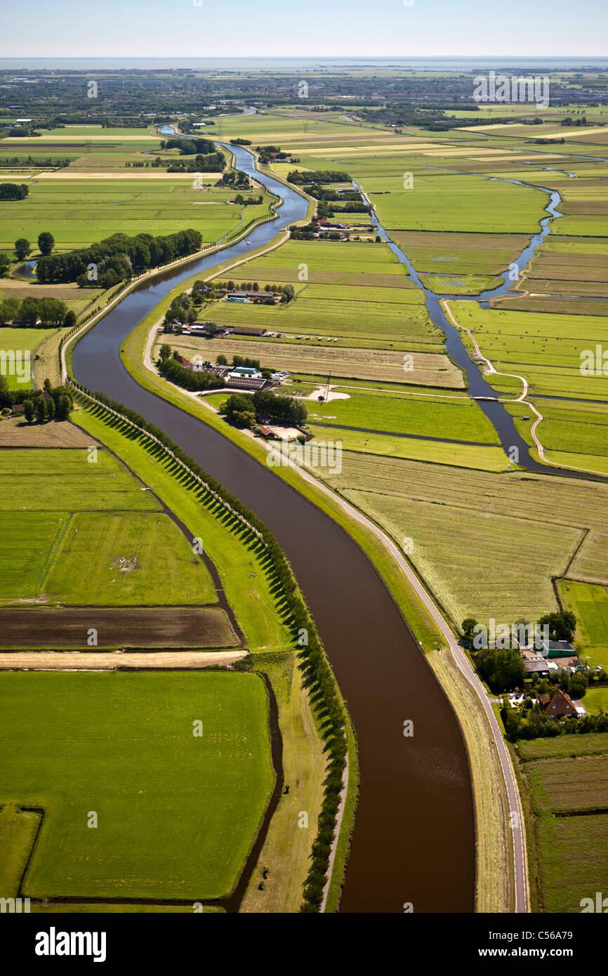 Les Pays-Bas, près de De Rijp, Polder terres agricoles et des fermes traditionnelles. Canal de ceinture de Photo Stock