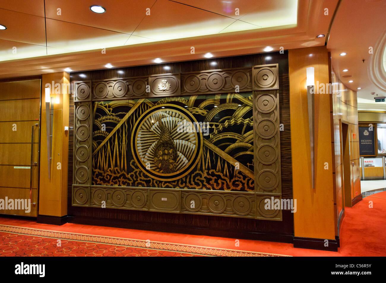 De grands panneaux Art déco décorer le couloir sur le pont 3, Queen Mary 2,  navire de ligne.