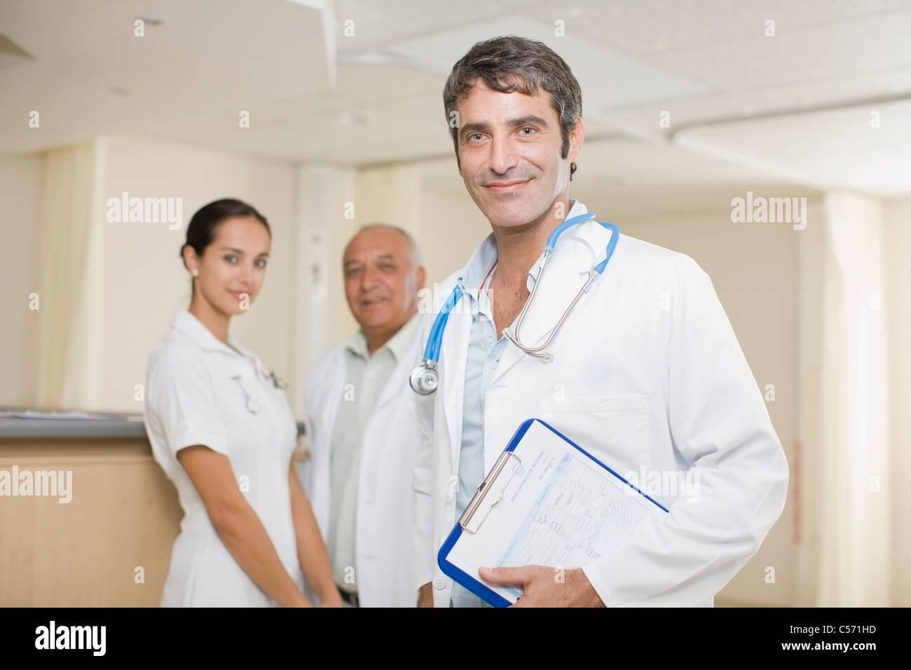 Les médecins et nurse standing in hospital Photo Stock