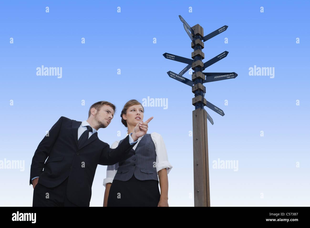 Les gens d'affaires à la croisée des chemins Photo Stock