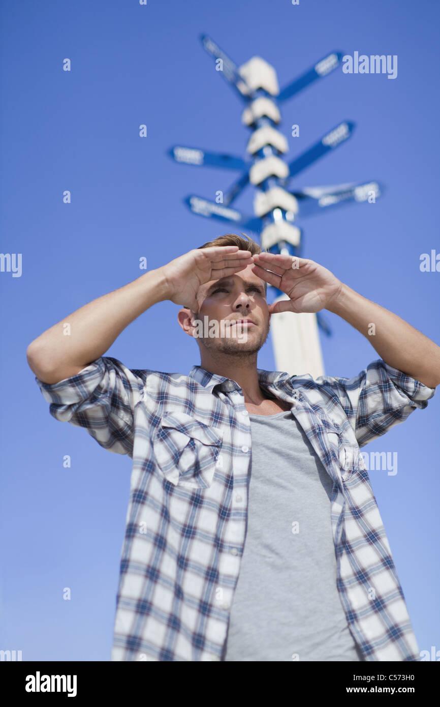 Man admiring view à la croisée des chemins Photo Stock