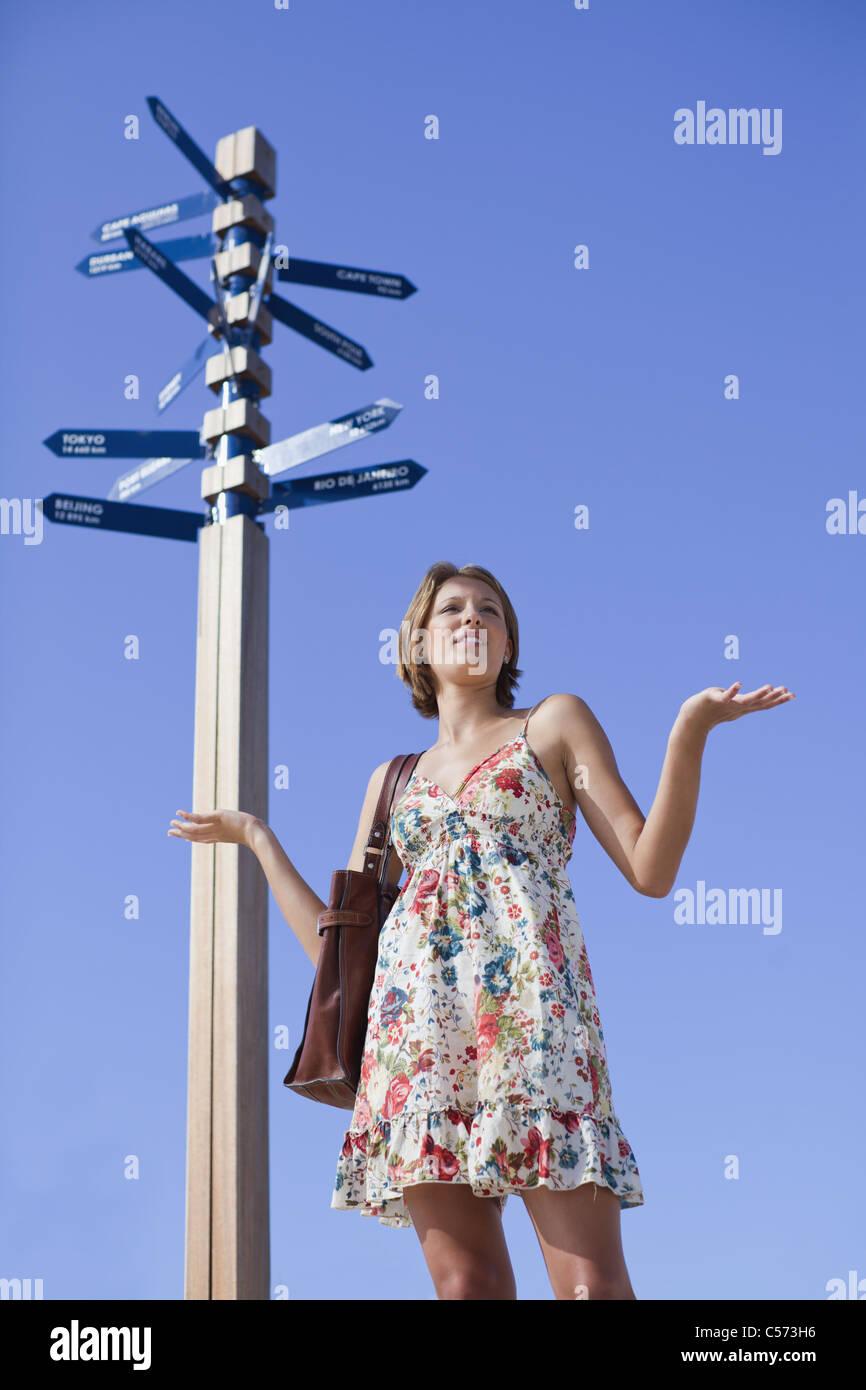 Femme à la croisée des chemins confus Photo Stock