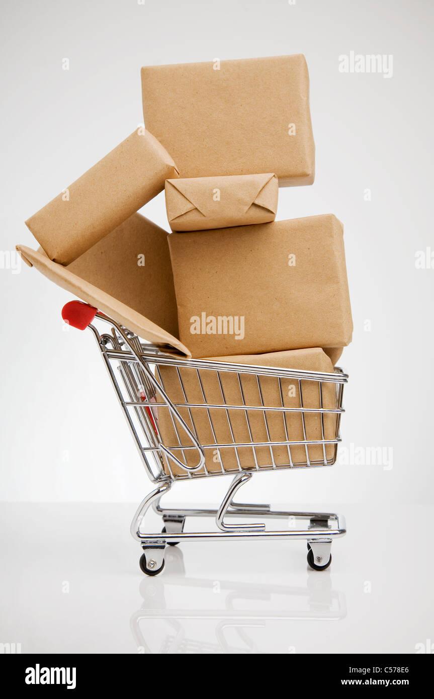 Les paquets enveloppés dans votre panier Photo Stock