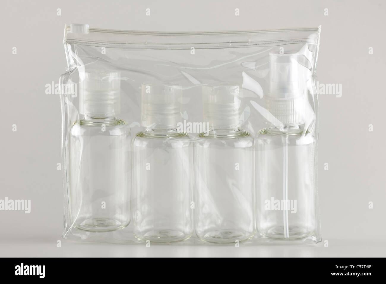 Quatre bouteilles de voyage en plastique réutilisables Photo Stock