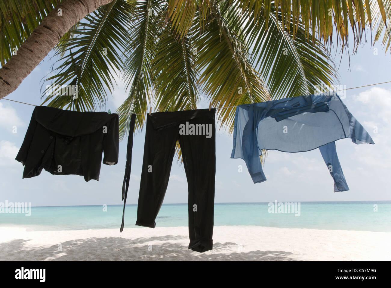 Le séchage des vêtements d'affaires en ligne sur plage Photo Stock
