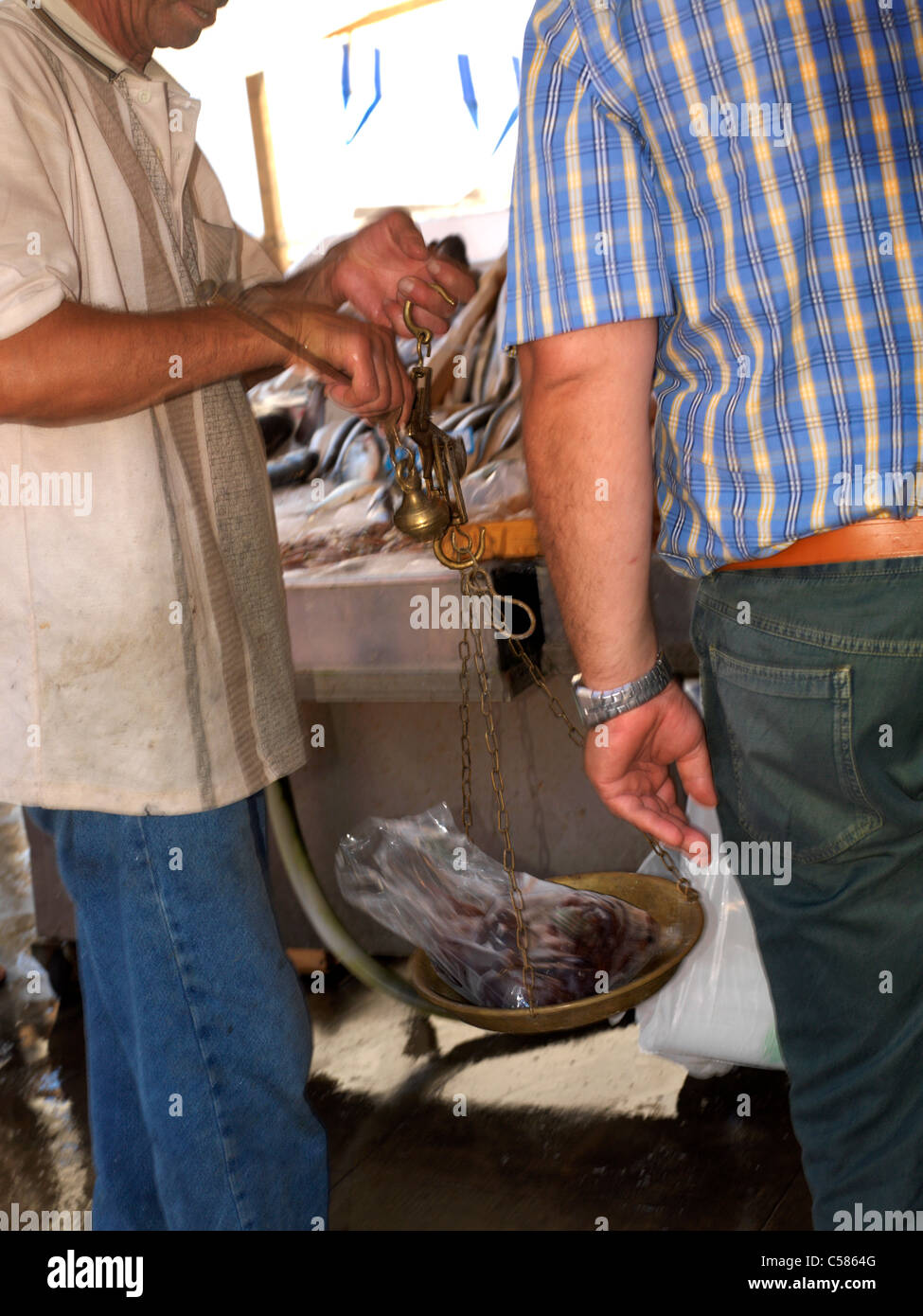 Sicile Italie Fish Market à Porticello homme pesant Poisson avec écailles en laiton Banque D'Images