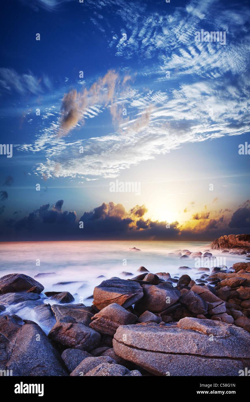 Vue sur le magnifique lagon au coucher du soleil. L'exposition à long shot. Photo Stock
