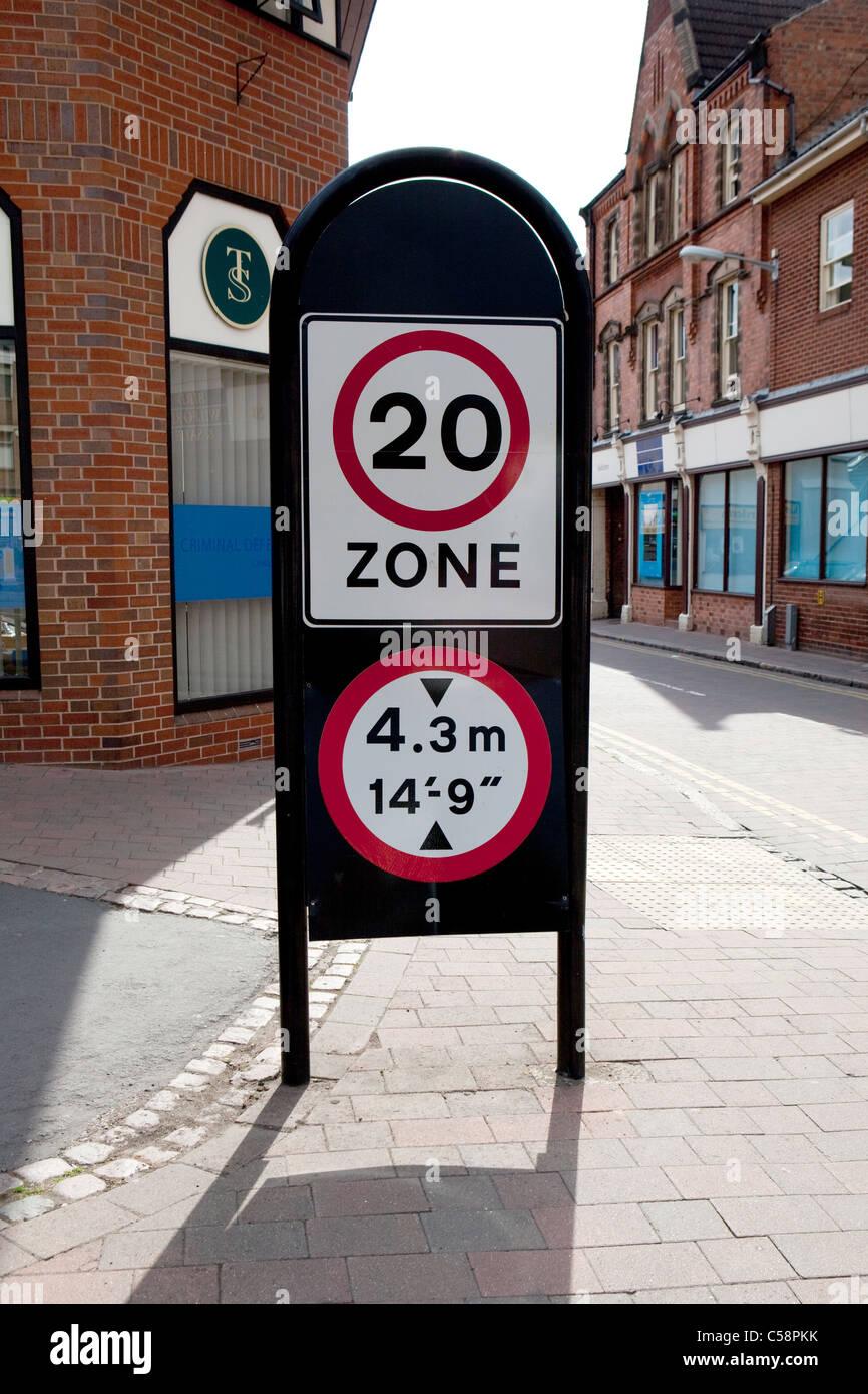 Royaume-uni British 20 Miles par heure (mph) Zone de limite de vitesse Street Sign et restriction de hauteur. Photo Stock