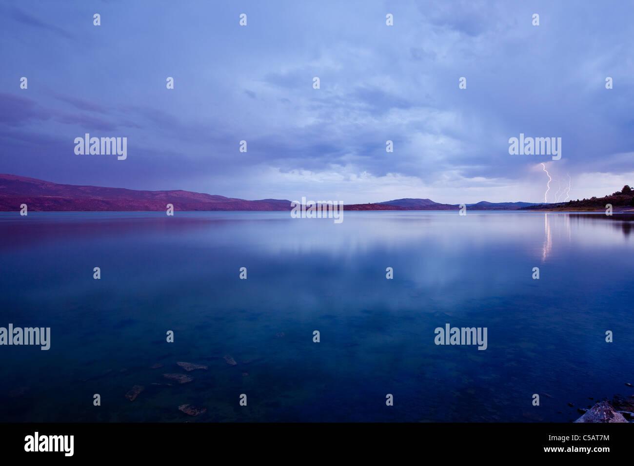 Coup de foudre sur le lac au coucher du soleil. Photo Stock