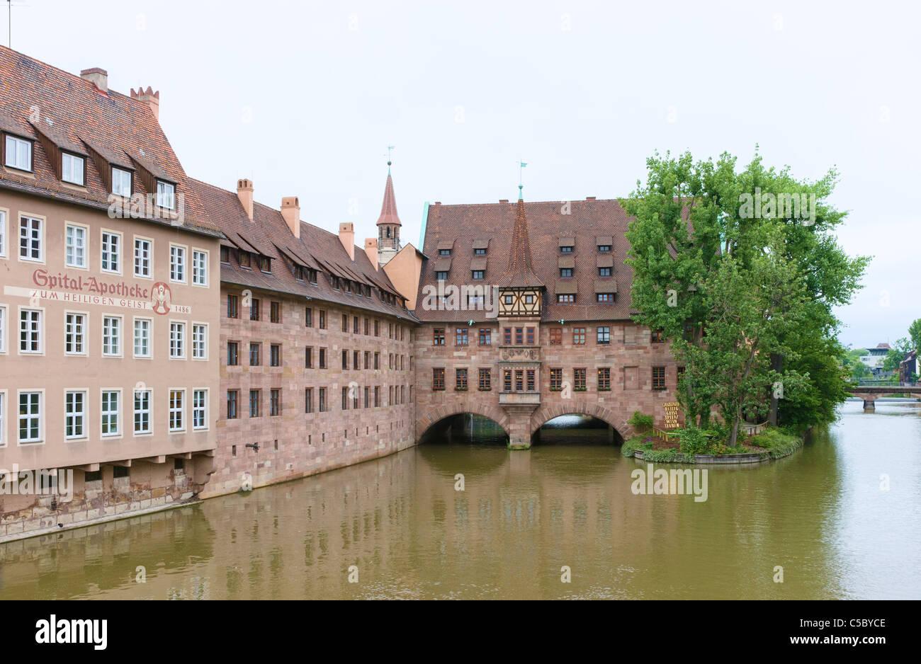 Nurnberg Heilig Geist Spital (Hôpital du Saint-Esprit) sur la rivière Pegnitz Photo Stock