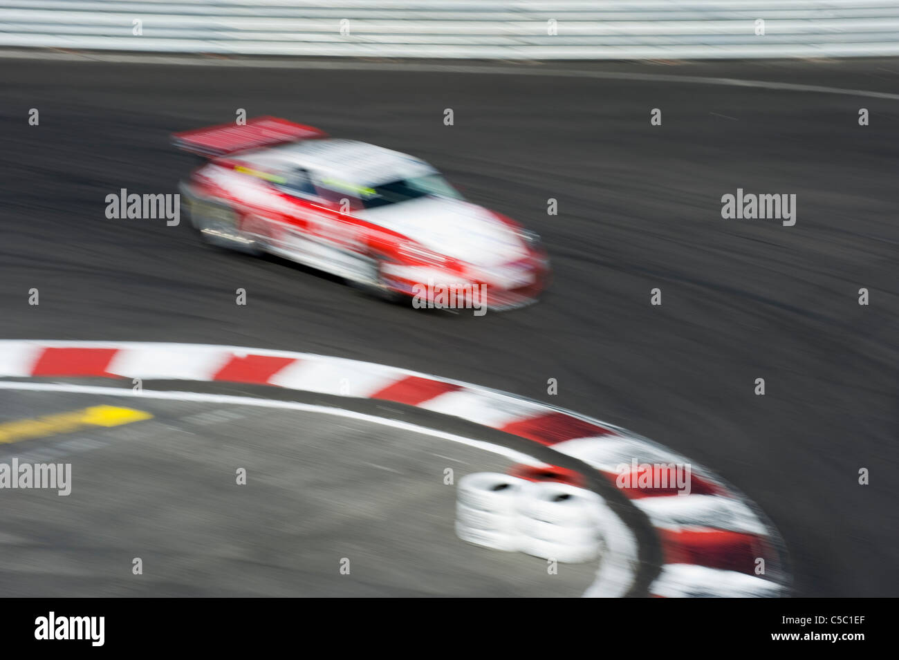Motion Blur de voiture de course par la courbe Photo Stock