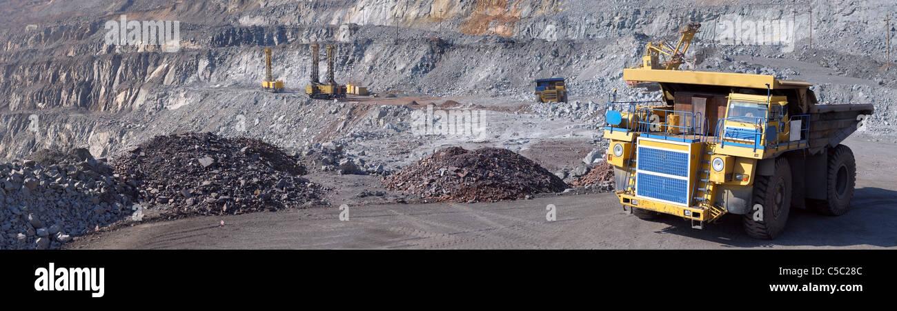 Panorama d'une mine à ciel ouvert Extraction de minerai de fer Photo Stock