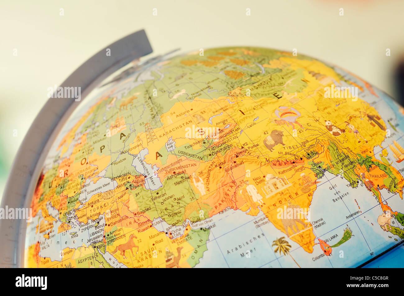 Globe de bureau sur table. Dans l'accent est le continent asiatique. Photo Stock