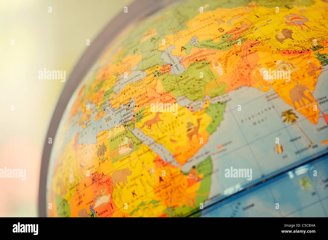 Un close-up de Globe de bureau sur table ont mis l'accent sur le Moyen-Orient. Photo Stock