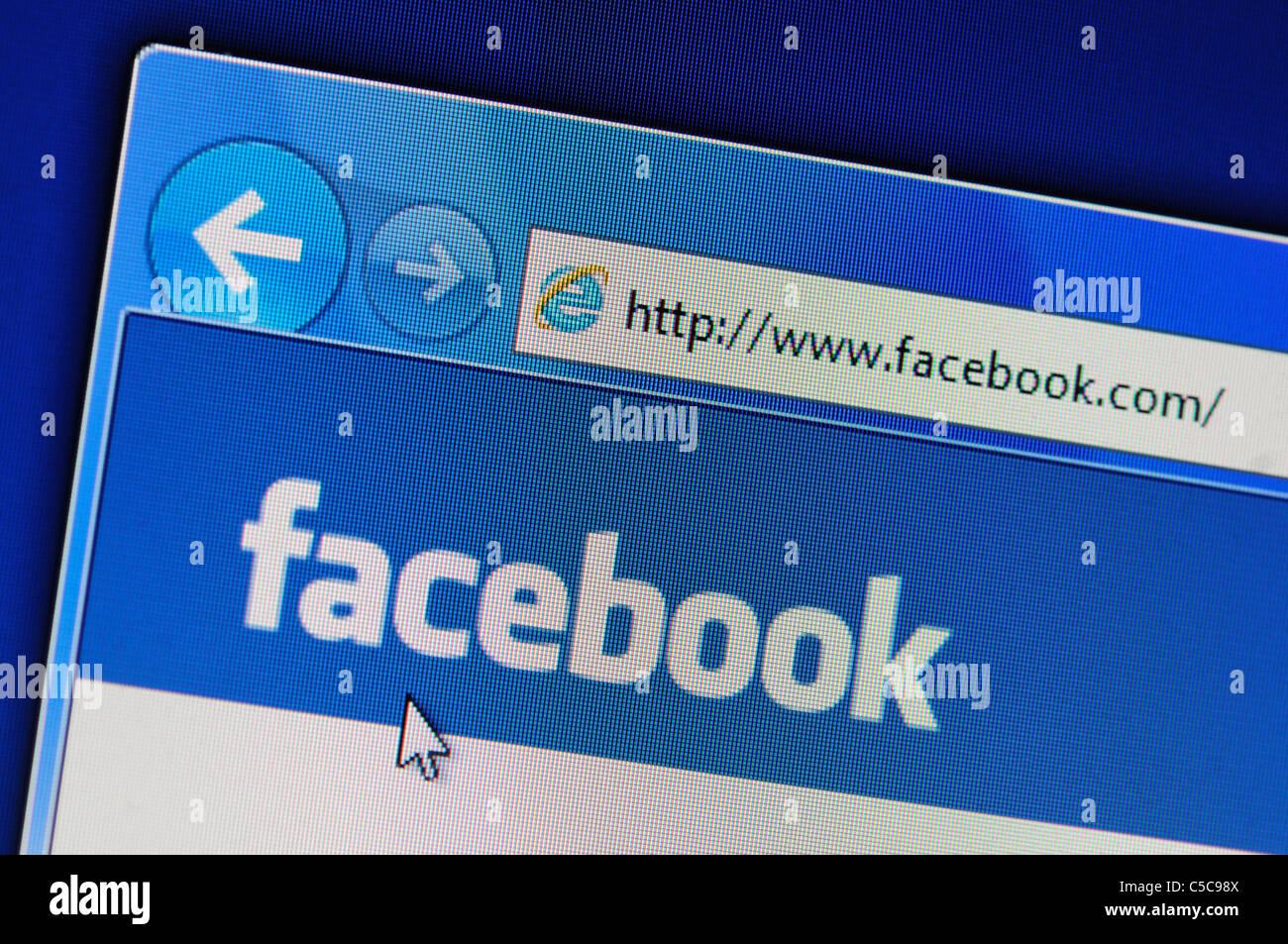 Le site internet Facebook dans le navigateur Internet Explorer; montrant sa page d'accueil logo affiché Photo Stock