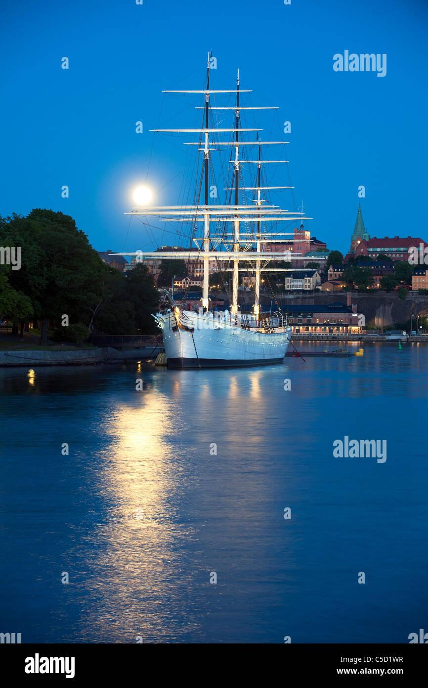 Distance milieu d'Al Chapman dans lac paisible au clair de lune, Stockholm, Suède Banque D'Images
