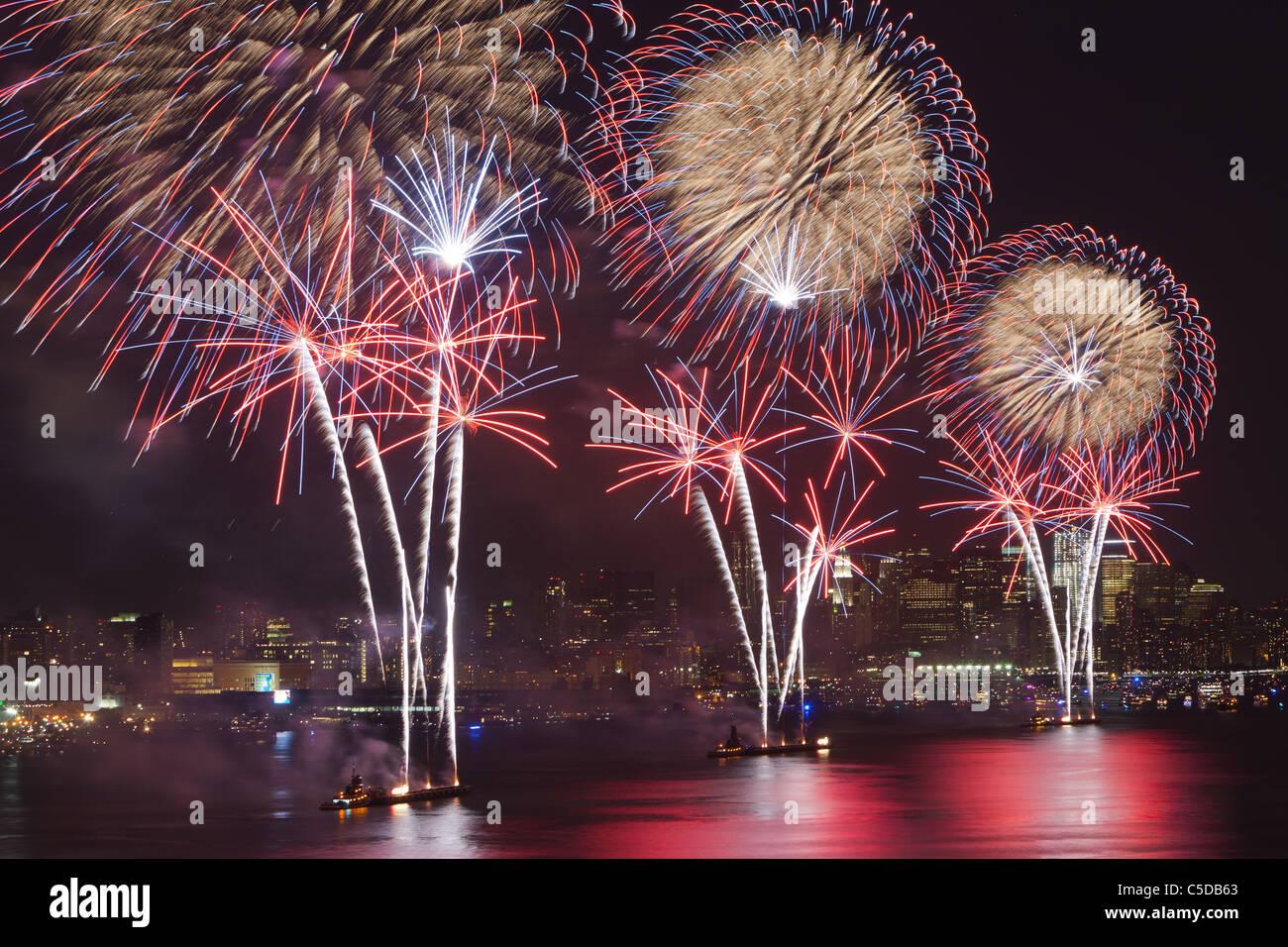 Macy's le 4 juillet feux d'artifice le ciel au-dessus de la rivière Hudson à New York. Banque D'Images