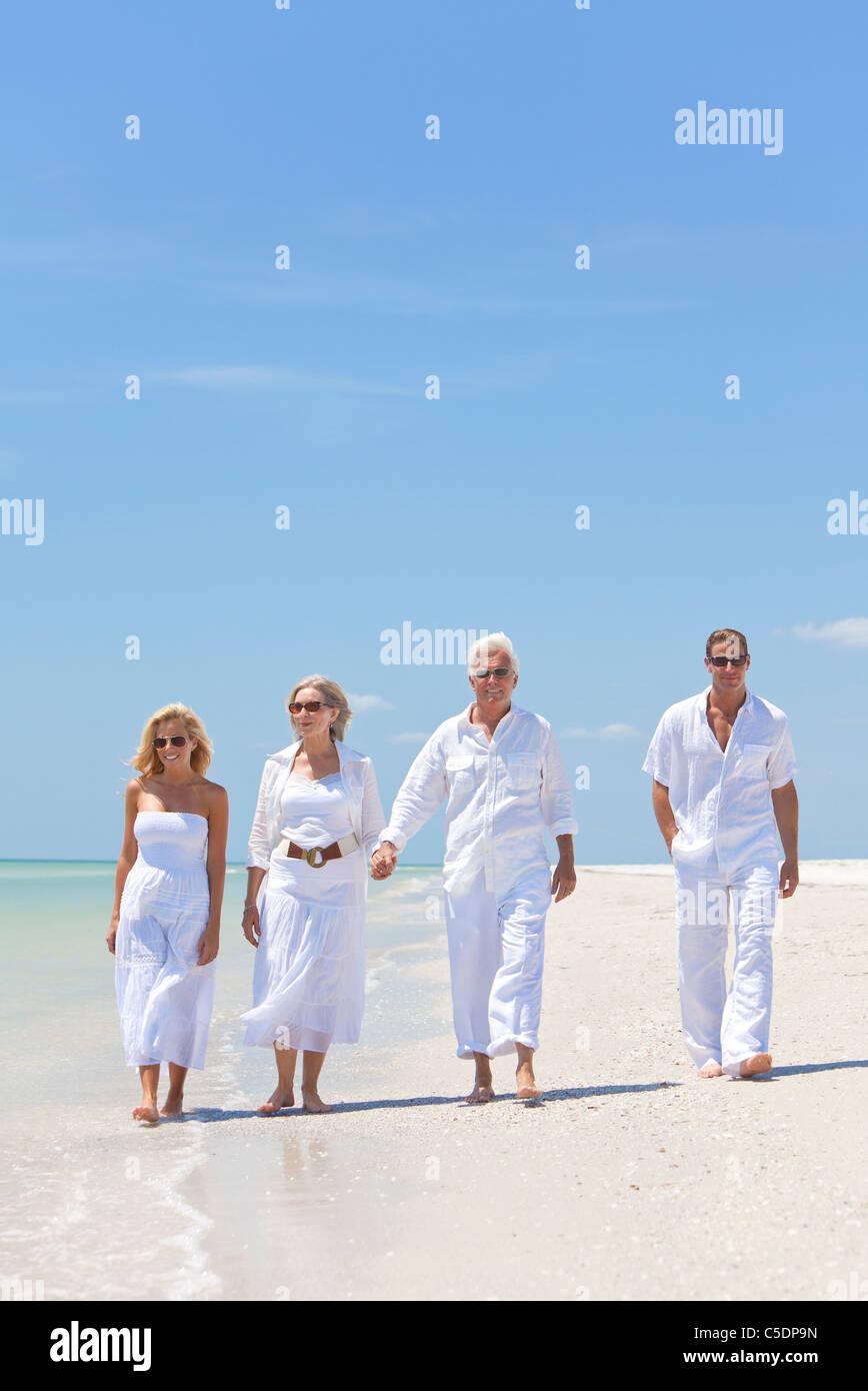 Quatre personnes, deux personnes âgées, des couples ou des générations, se tenant la main, s'amuser Photo Stock