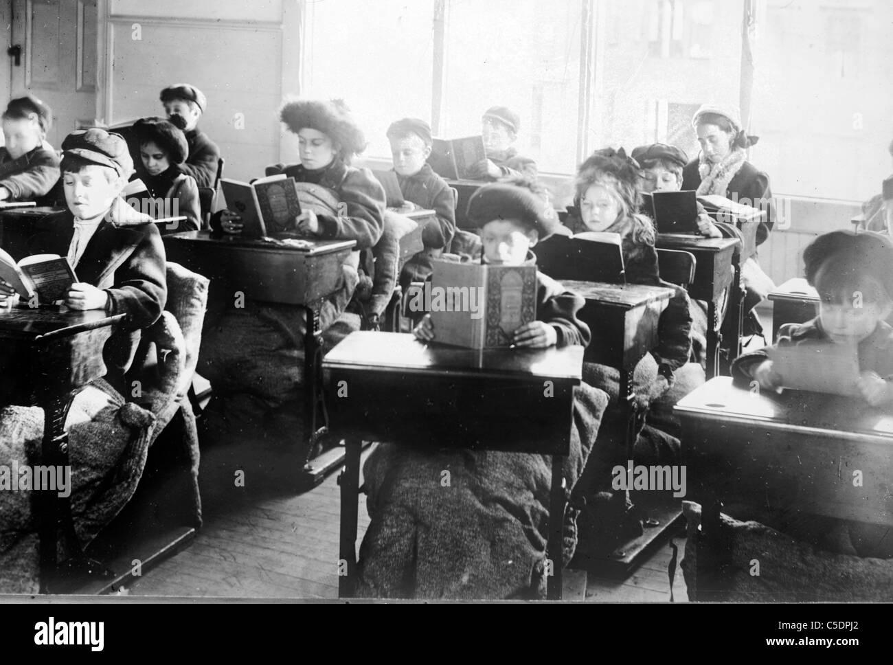Les enfants à la lecture d'un bureau dans la salle de l'école plein air, Providence Photo Stock
