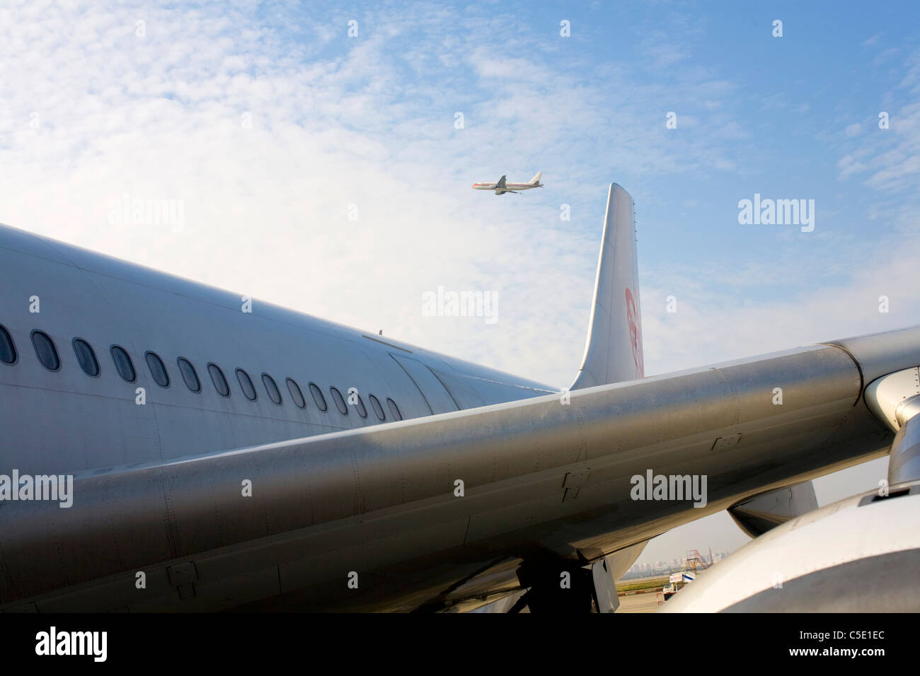 Portrait d'aéronefs avec un avion contre le ciel bleu et nuages Photo Stock