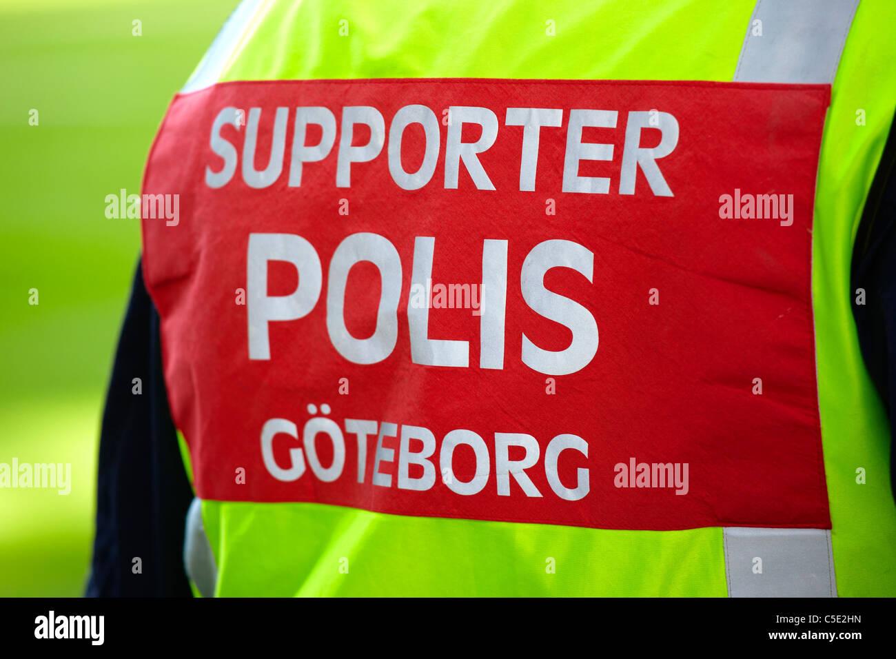 Close-up of police signe partisan sur l'homme est de retour Photo Stock
