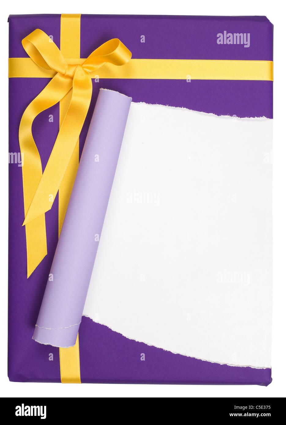 Close-up d'un cadeau emballé avec du papier d'emballage déchiré purple against white background Photo Stock