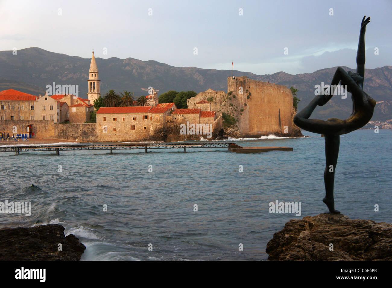 Vieille ville de Budva et la statue fille Danzing, Monténégro, Crna Gora Photo Stock