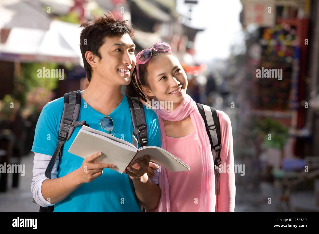 Jeune couple Explorer Dali Banque D'Images