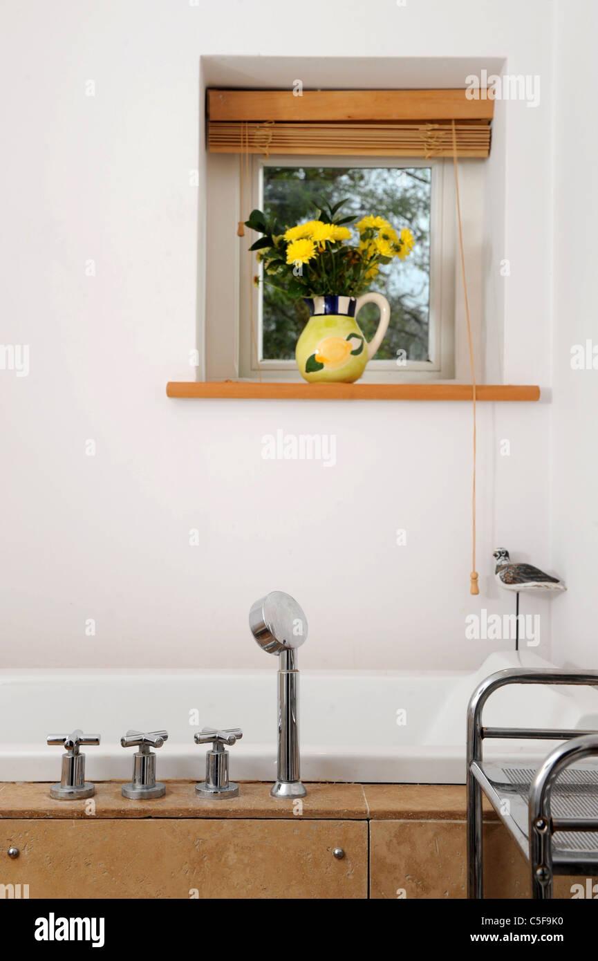 Accessoires de salle de bains moderne dans un home UK Photo Stock