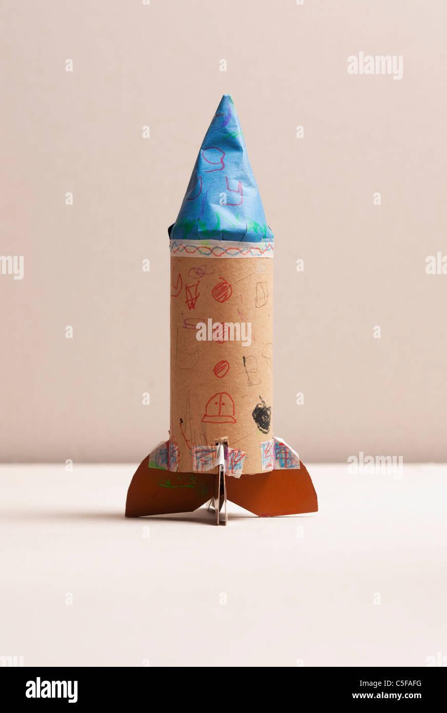 L'enfant fait maison rocket, studio shot Photo Stock