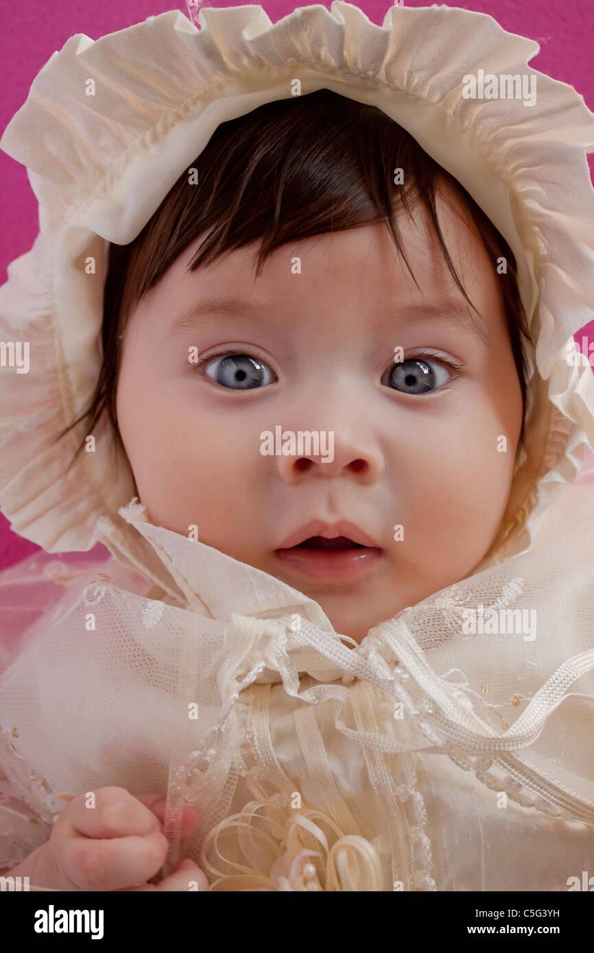 Petite fille innocente aux yeux bleus portant un bonnet. Photo Stock 62afb8dacbb